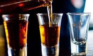 При употреблении крепкого алкоголя есть риск получить ожог пищевода